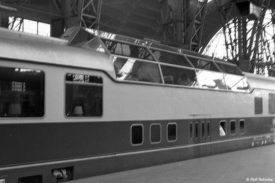 http://www.traktionswandel.de/pics/foren/hifo/1968/1968_A12-38_Frankfurt-Hbf_Rheingold-Aussichtswagen.jpg