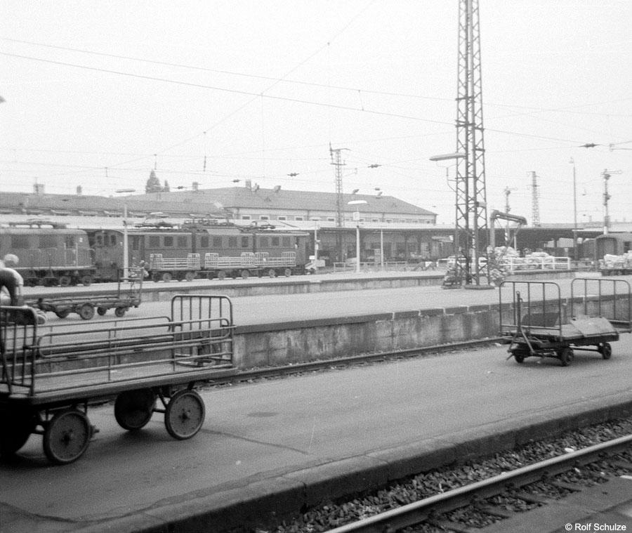 http://www.traktionswandel.de/pics/foren/hifo/1969/1969-07-26_A23-02_191_KarlsruheHbf_900.jpg