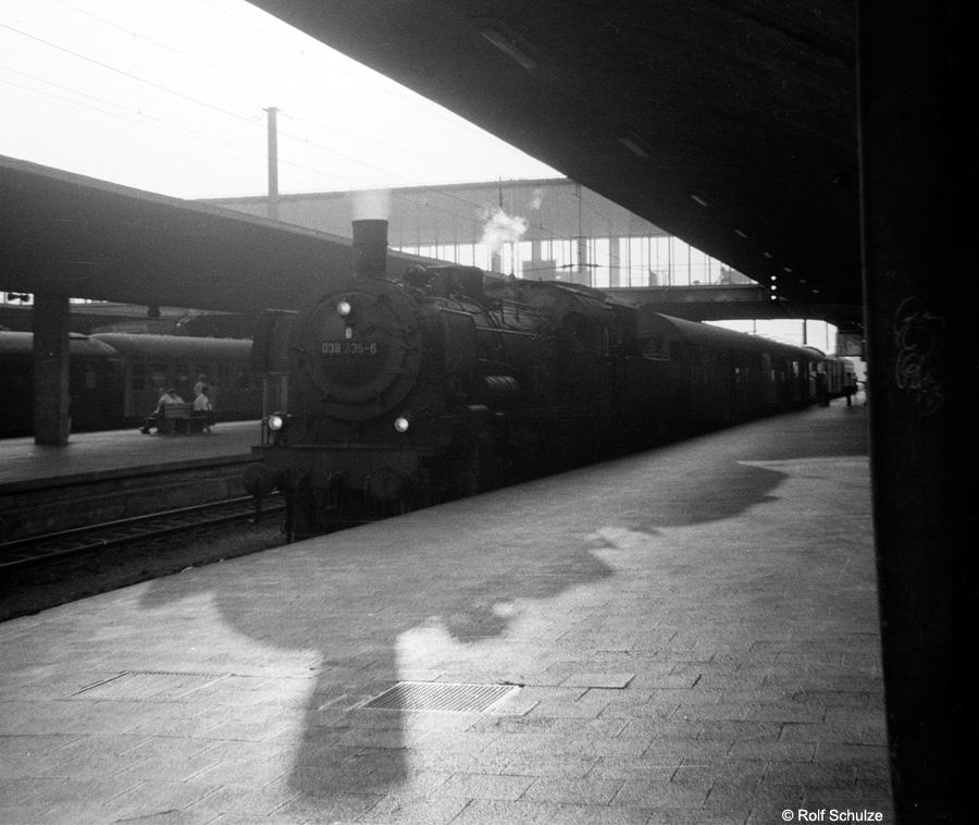 http://www.traktionswandel.de/pics/foren/hifo/1969/1969-08-07_A23-06_038335-6_BwHeilbronn_P2367-nach-Neckarelz_HeidelbergHbf_900.jpg