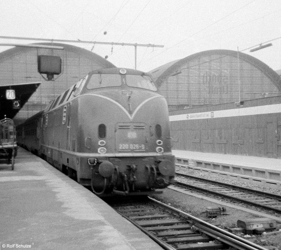 http://www.traktionswandel.de/pics/foren/hifo/1969/1969-08_A20-03_220026-9_BwKaiserslautern_D_Frankfurt-M-Hbf_900.jpg