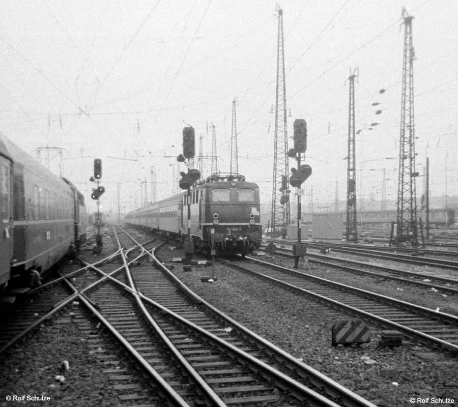 http://www.traktionswandel.de/pics/foren/hifo/1969/1969-08_A20-04_141260-0_BwBebra_E_Frankfurt-M-Hbf_900.jpg
