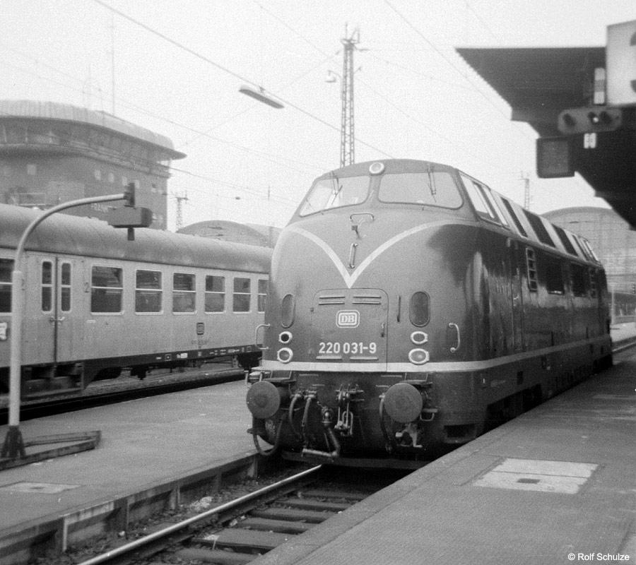 http://www.traktionswandel.de/pics/foren/hifo/1969/1969-08_A20-05_220031-9_BwKaiserslautern_Frankfurt-M-Hbf_900.jpg