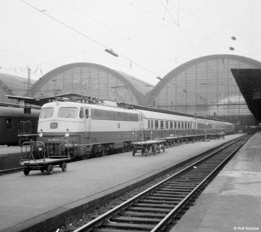 http://www.traktionswandel.de/pics/foren/hifo/1969/1969-08_A20-06_112495-7_BwFrankfurt-M-1_TEE_Frankfurt-M-Hbf_900.jpg