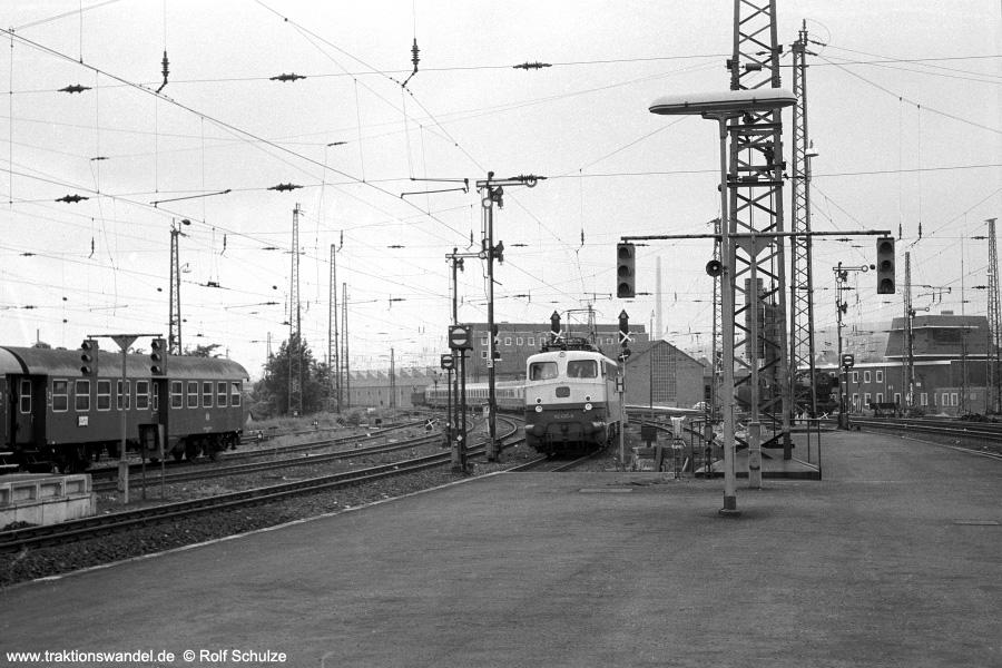 http://www.traktionswandel.de/pics/foren/hifo/1971-06-12_A46-21A_110490-8_Bwffm-1_TEE_Goettingen_900.jpg
