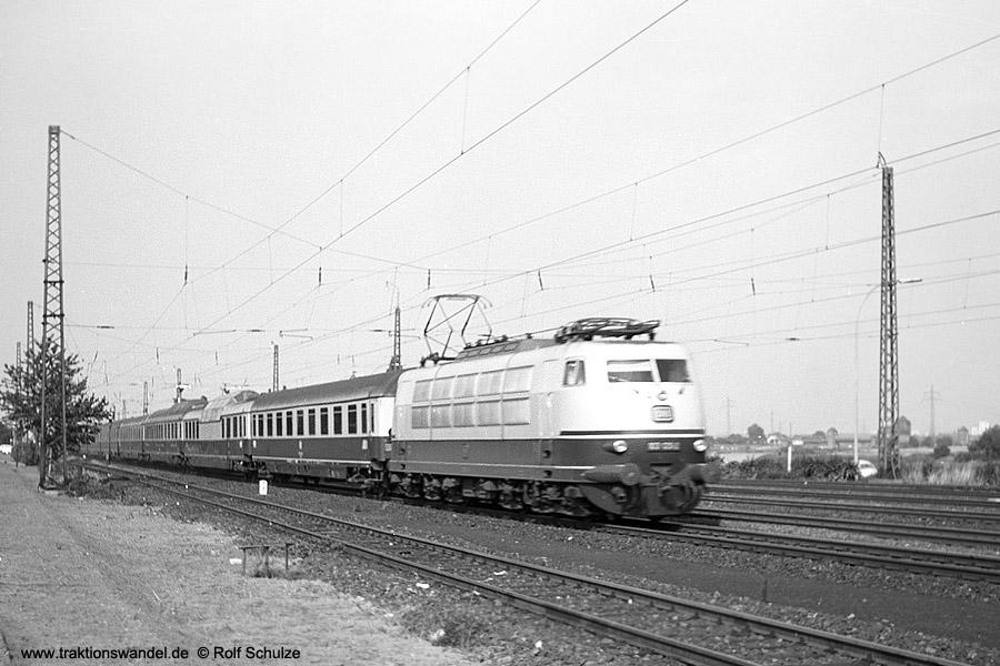 http://www.traktionswandel.de/pics/foren/hifo/1971-06-25_A59-07_103_IC106_Ffm-Mainkur.jpg