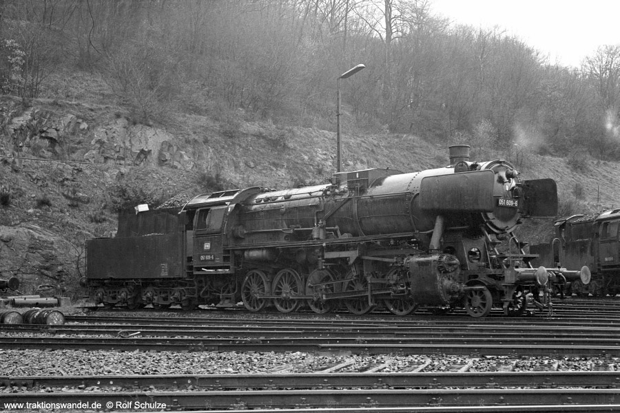 http://www.traktionswandel.de/pics/foren/hifo/1972-03-04_A71-00_051609-6_BwDillenburg_dort.jpg