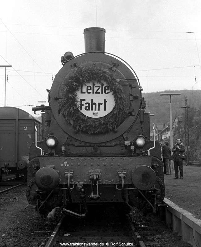 http://www.traktionswandel.de/pics/foren/hifo/1972-04-30_A84-11_094540-2_BwDillenbg_Sdz_Bf-Dillenbg.jpg