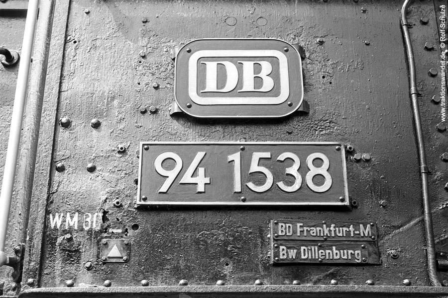 http://www.traktionswandel.de/pics/foren/hifo/1972-04-30_A84-27_941538-Denkmal_Bf-Goennern-Fhs.jpg
