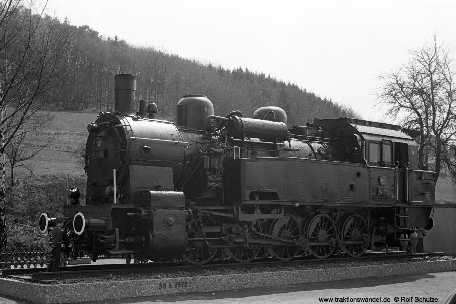 http://www.traktionswandel.de/pics/foren/hifo/1972-04-30_A84-31_941538-Denkmal_Bf-Goennern.jpg