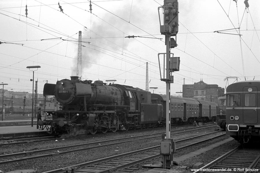 http://www.traktionswandel.de/pics/foren/hifo/1973-04-10_A132-33_023052-4_BwSaarbr_N_SaarbrueckenHbf_900.jpg