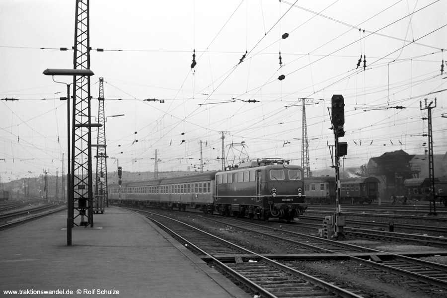 http://www.traktionswandel.de/pics/foren/hifo/1973-04-10_A132-36_140866-5_N_SaarbrueckenHbf_900.jpg