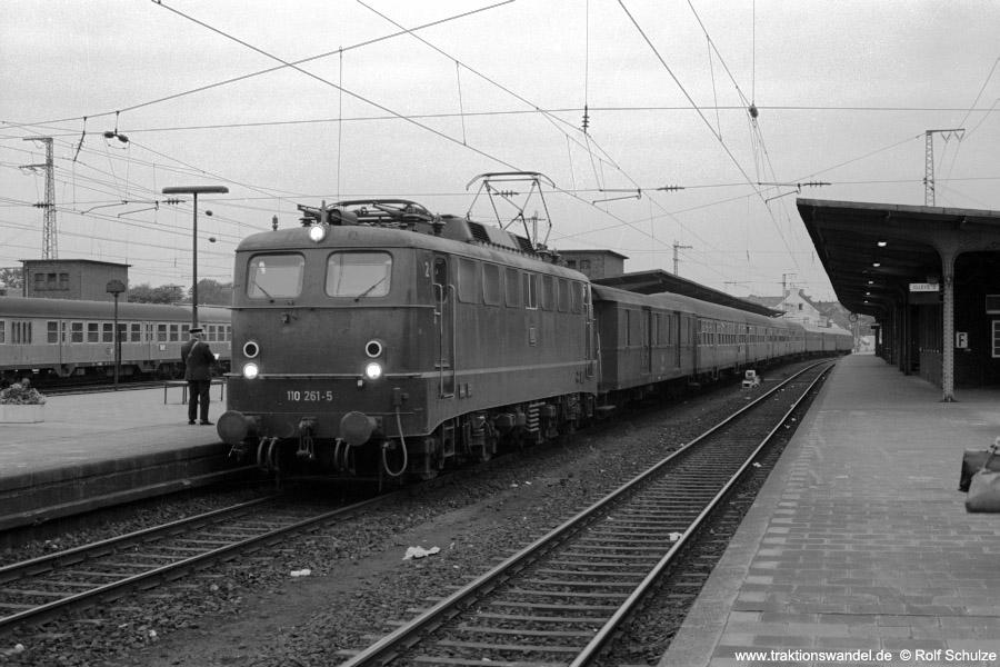 http://www.traktionswandel.de/pics/foren/hifo/1973-06-11_A155-09_110261-5_BwKoeln-Deutzerf_E1638_Rheine_900.jpg