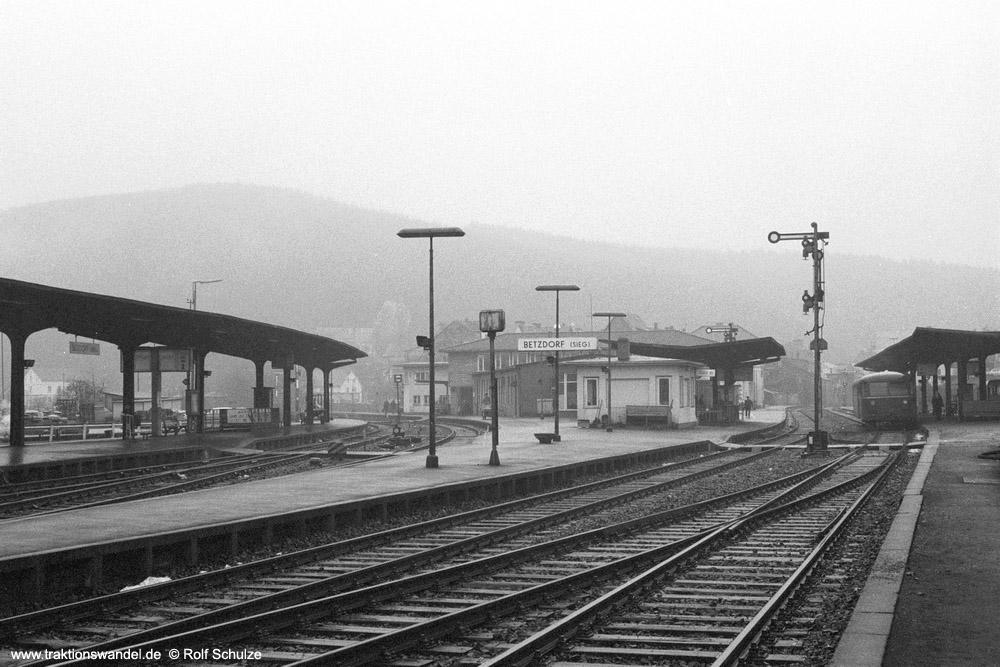 http://www.traktionswandel.de/pics/foren/hifo/1973-12-28_A199-2-09_Bahnhof_Betzdorf_1000.jpg