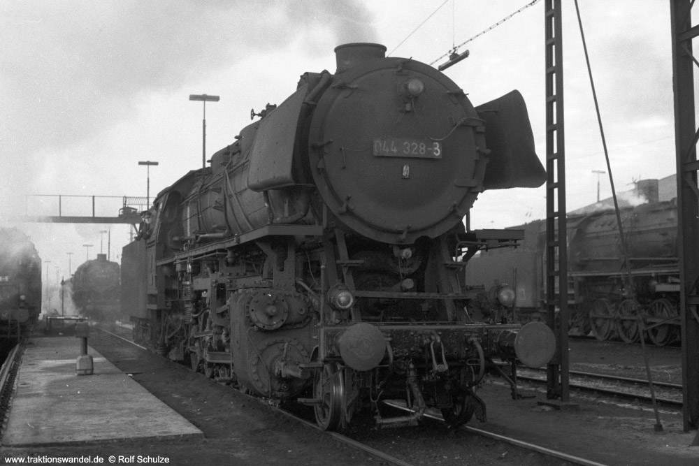 http://www.traktionswandel.de/pics/foren/hifo/1974/1974-01-03_A205-14_044328-3_BwEmden_imBwRheine_1000.jpg