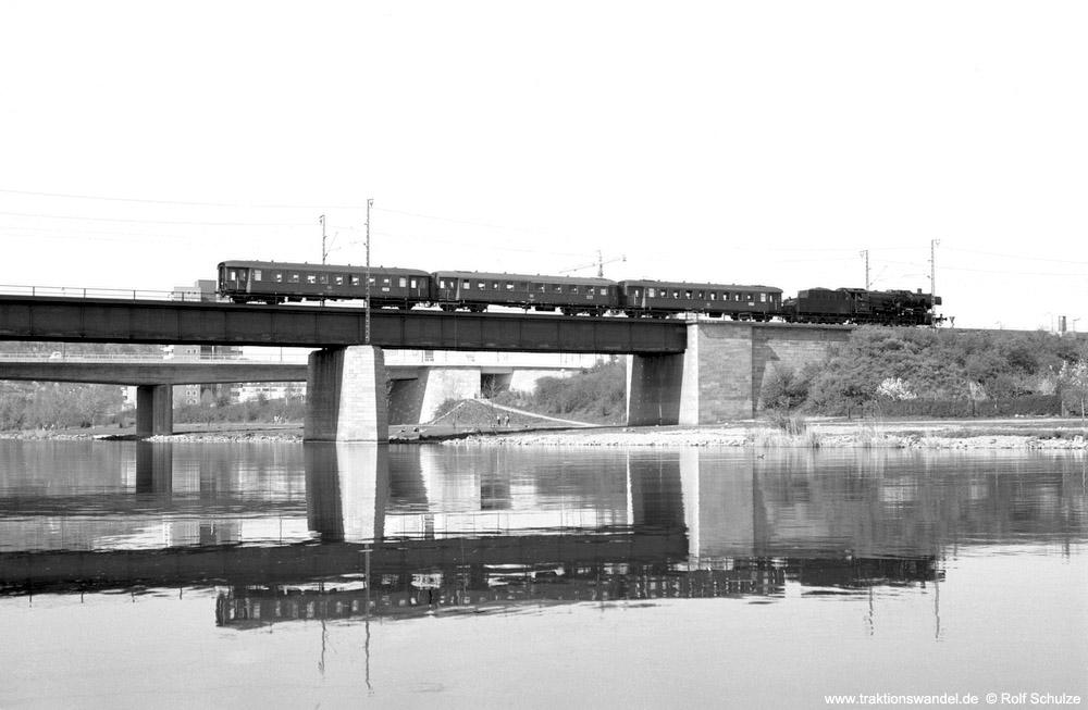 http://www.traktionswandel.de/pics/foren/hifo/1974/1974-04-08_A222-11_052406-4_BwCrailsheim_N3890_Wuerzburg-Mainbruecke_1000.jpg