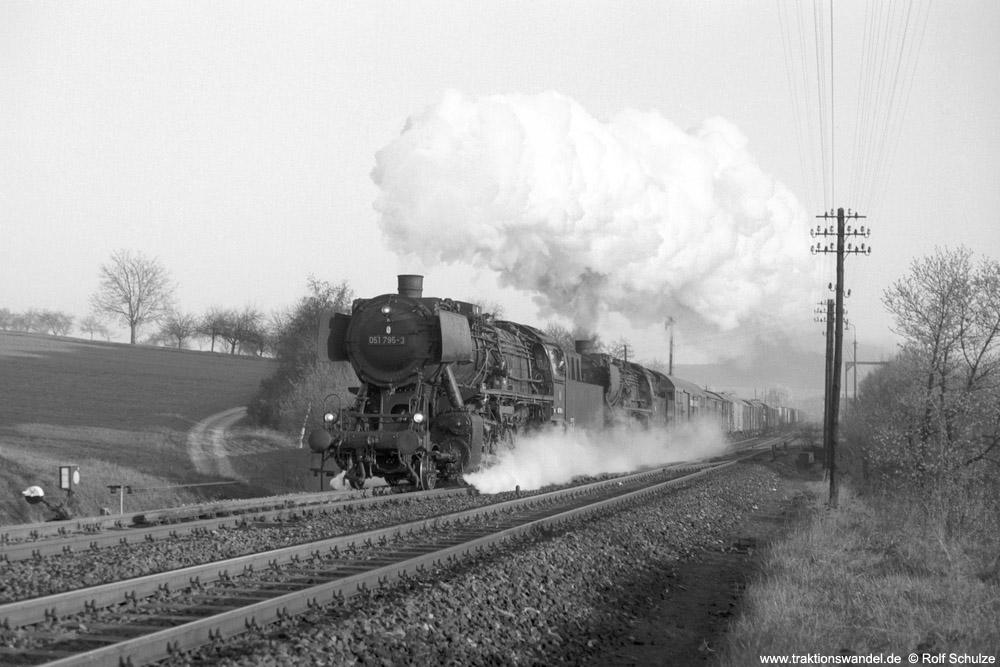 http://www.traktionswandel.de/pics/foren/hifo/1974/1974-04-09_A222-18_051795-8_052759-8_Sg5321(68x)_Reichenberg_1000.jpg