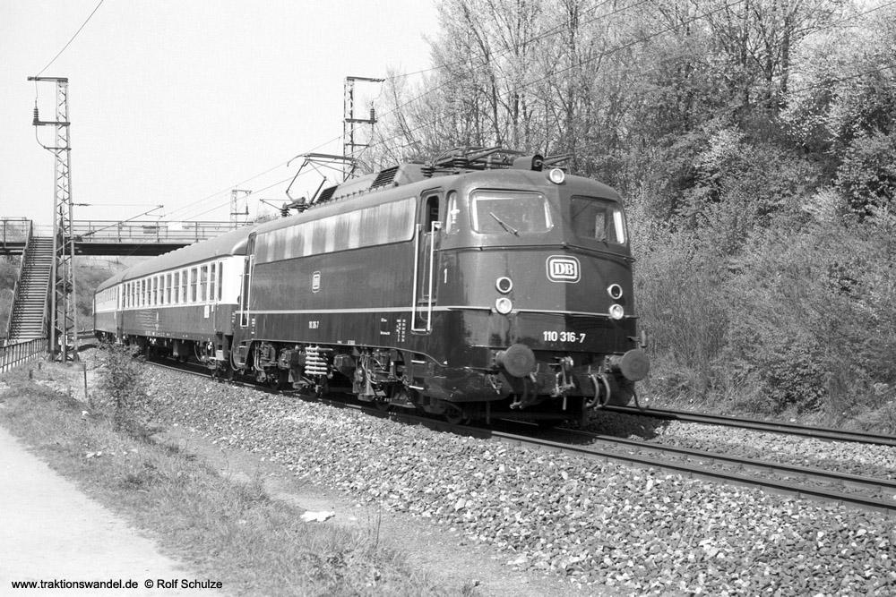 http://www.traktionswandel.de/pics/foren/hifo/1974/1974-04-09_A222-29_110316-7_BwDortmundBbf_D_Wuerzbg-Hf-West_1000.jpg