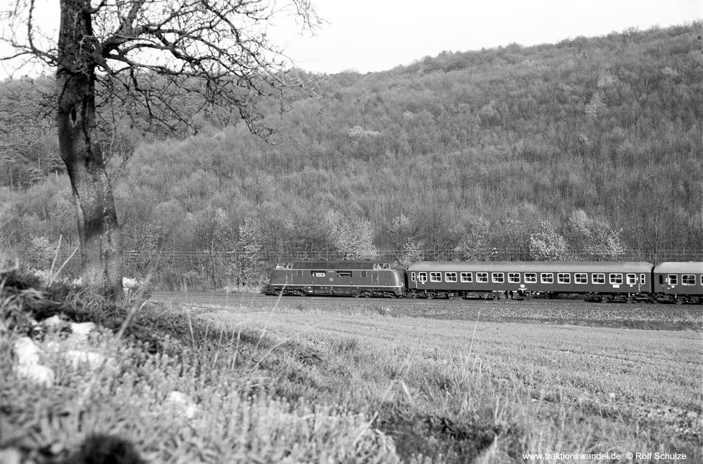 http://www.traktionswandel.de/pics/foren/hifo/1974/1974-04-09_A223-04_220060-8_BwWuerzburg_DC995_ReichenbergerGrund_1000.jpg