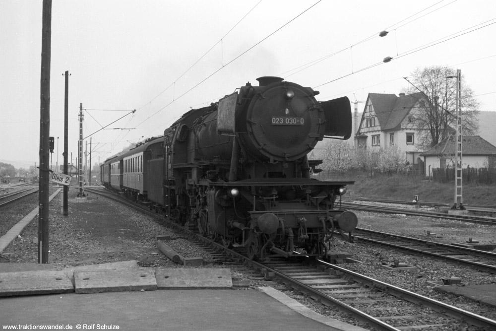 http://www.traktionswandel.de/pics/foren/hifo/1974/1974-04-11_A225-02_023030_BwCrailsheim_N3882_Koenigshofen_1000.jpg