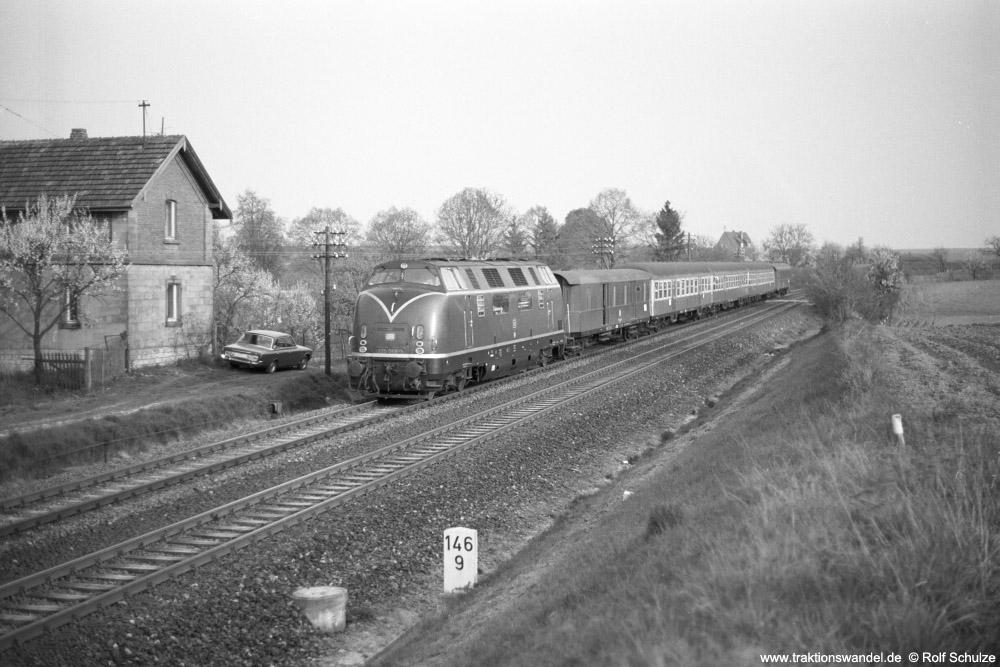 http://www.traktionswandel.de/pics/foren/hifo/1974/1974-04-11_A225-04_220068-1_BwWuerzurg_E1647_Lindflur_1000.jpg