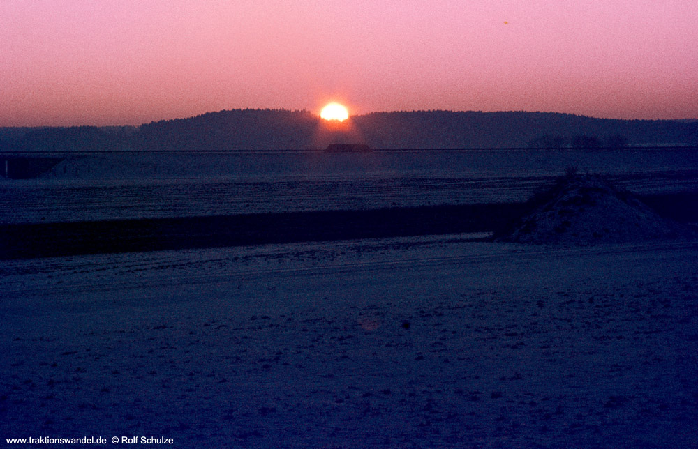 http://www.traktionswandel.de/pics/foren/hifo/1975-12-27_E18-17_Allgaeu_Sonnenuntergang_1000.jpg