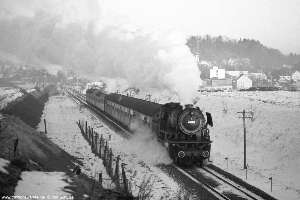 http://www.traktionswandel.de/pics/foren/hifo/1975-12-28_A324-10_23058_Sdz_beiLeutkirch_1000.jpg