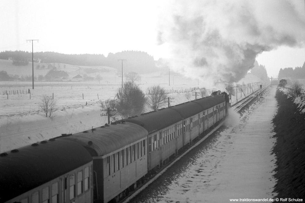 http://www.traktionswandel.de/pics/foren/hifo/1975-12-28_A324-13_23058_Sdz_beiLeutkirch_1000.jpg