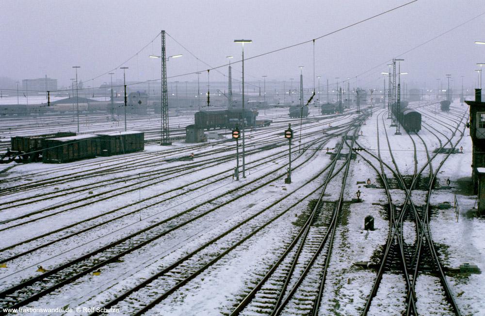 http://www.traktionswandel.de/pics/foren/hifo/1975-12-30_E20-23_UlmRbf_1000.jpg