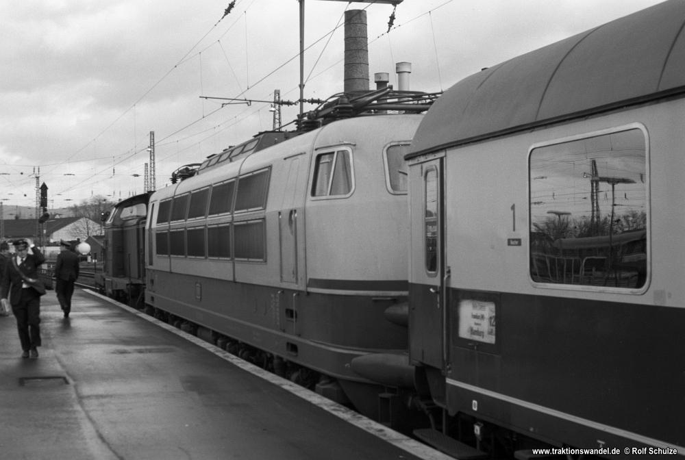 http://www.traktionswandel.de/pics/foren/hifo/1976/1976-01-03_A325-16_212033-5_BwGoettingen_103169-9_BwFFM-1_D270-Italia-Expr_Goettingen_1000.jpg
