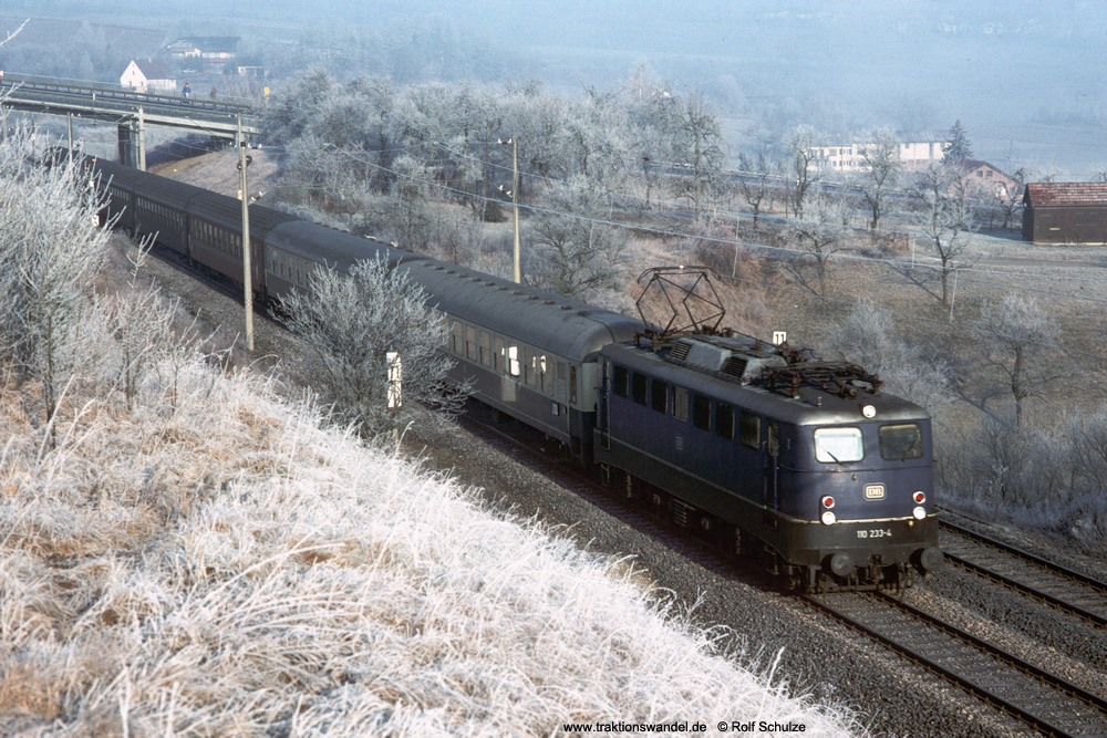 http://www.traktionswandel.de/pics/foren/hifo/1990/1990-01-14_E100-01_110233-4_BwStuttgart_D_Herrenberg-Haslach_1000.jpg