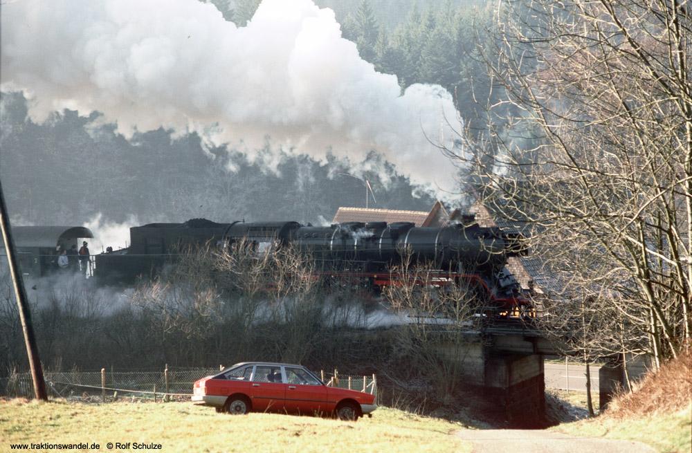 http://www.traktionswandel.de/pics/foren/hifo/1990/1990-01-14_E100-21_50622_Sdz_noerdl-Alpirsbach_1000.jpg