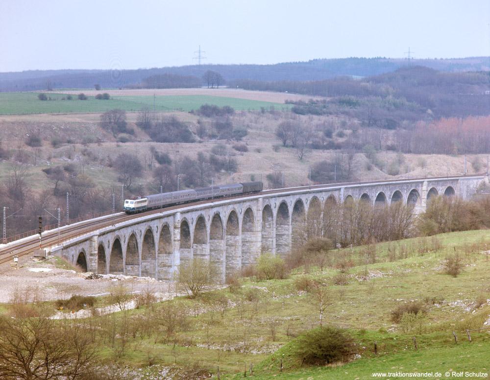 http://www.traktionswandel.de/pics/foren/hifo/fragen/1976-04-15_F27-09_110_E_Viadukt-Altenbeken_1000.jpg