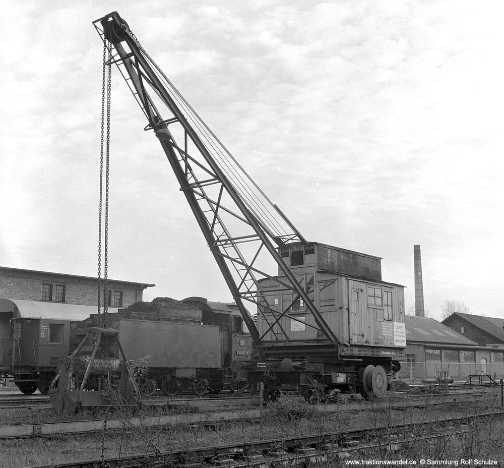 http://www.traktionswandel.de/pics/foren/hifo/sammlung/1970_OF6-14_Schienenkran_imBwOffenburg_1000.jpg