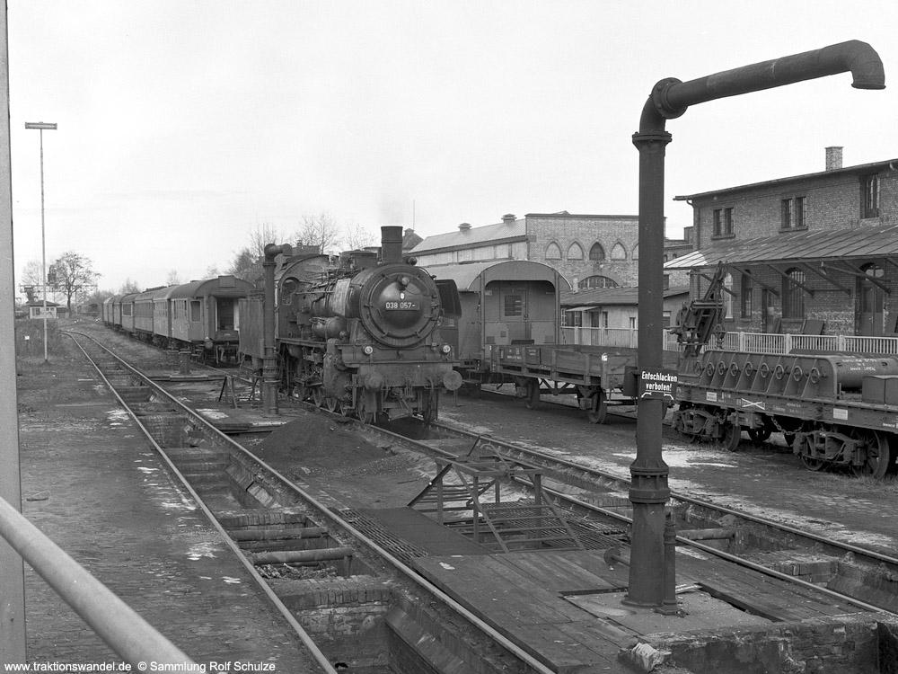 http://www.traktionswandel.de/pics/foren/hifo/sammlung/1970_OF8-15_038057-6_BwTuebingen_imBwOffenbur_1000.jpg