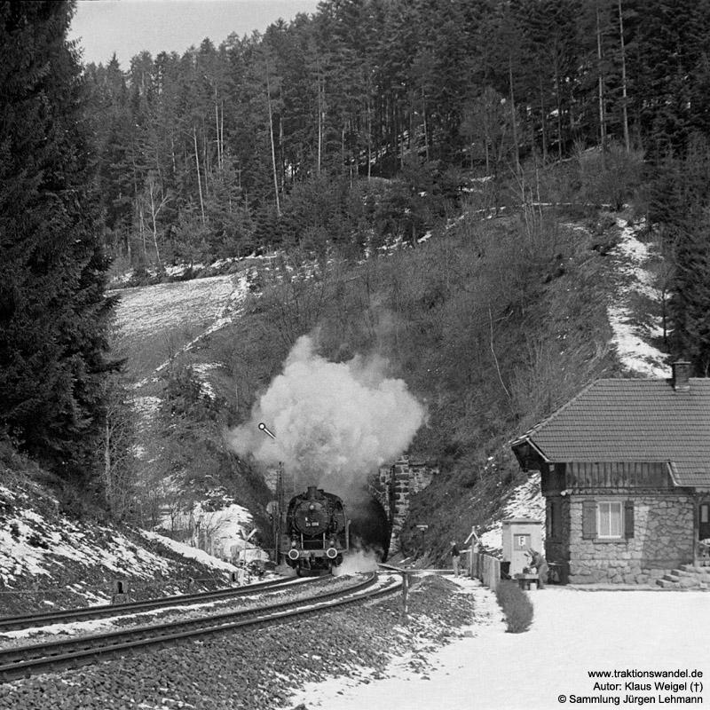 http://www.traktionswandel.de/pics/foren/kl-we/1973-04-21_19A_24009_Sdz_Eisenbergtunnel_KlausWeigel.jpg