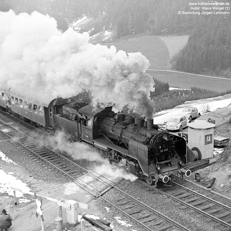 http://www.traktionswandel.de/pics/foren/kl-we/1973-04-21_27_24009_Sdz_Einf-Hippensbachtunnel_KlausWeigel.jpg