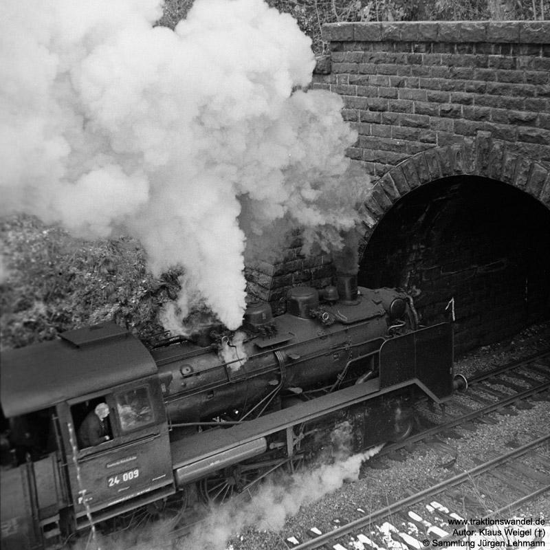 http://www.traktionswandel.de/pics/foren/kl-we/1973-04-21_28A_24009_Sdz_Einf-Hippensbachtunnel_KlausWeigel.jpg
