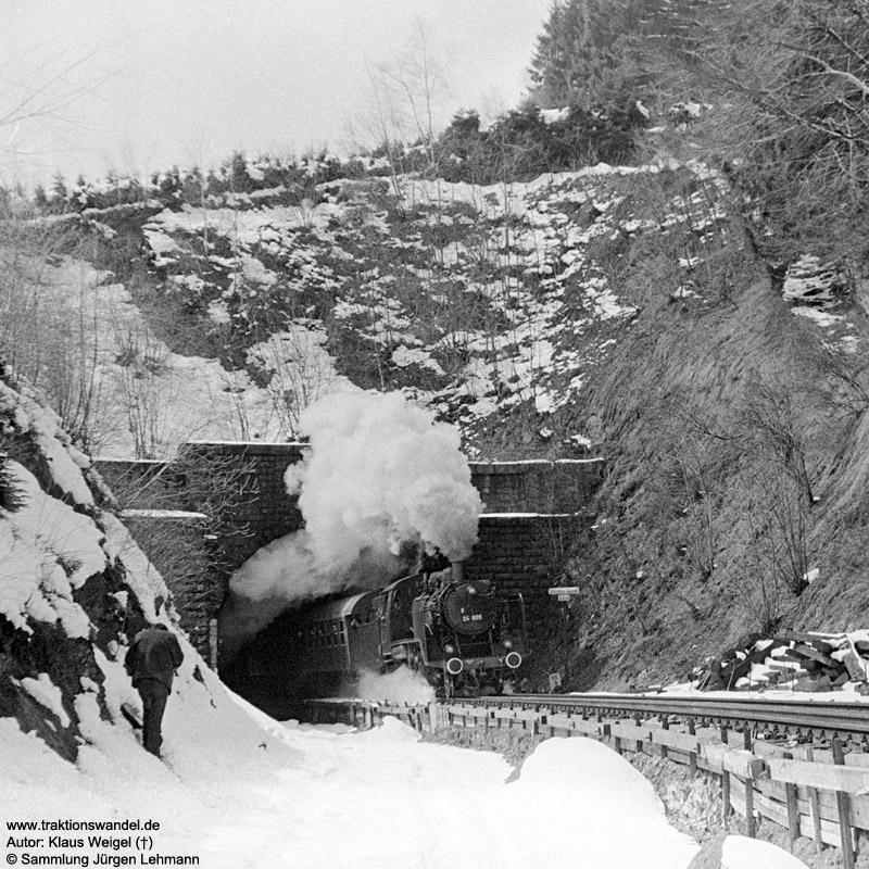 http://www.traktionswandel.de/pics/foren/kl-we/1973-04-21_29A_24009_Sdz_Steinbis-Tunnel_KlausWeigel.jpg